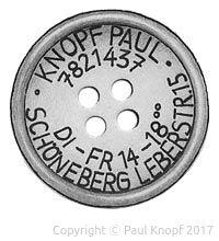 Bleistiftzeichnung eines 4-loch Knopfes mit Anschrift, Telefonnummer und Öffnungszeiten