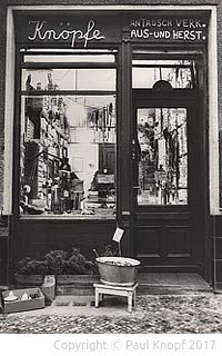 Schwarz-Weiss-Foto des Ladens in der Schöneberger Leberstraße