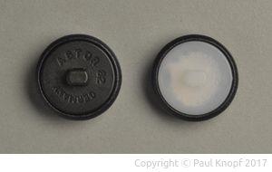 Knopfmontage: Knopfrückseite mit Kunststofföse